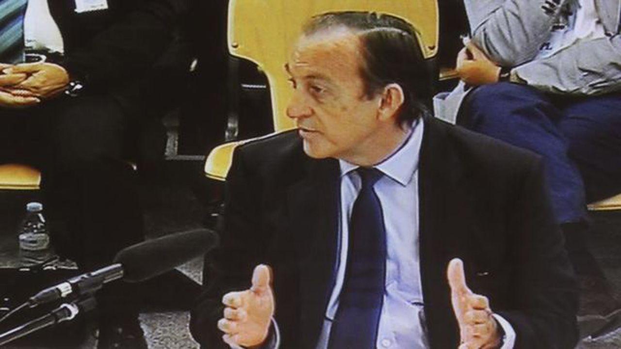 Estanislao Rodríguez-Ponga, durante el juicio, a través de las pantallas de televisión
