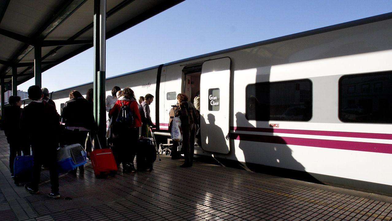 Viajeros del tren destino Madrid hacen transbordo en Ourense para ir a Zamora en autobús y desde allí seguir el viaje.Tren hotel en Lugo