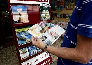 Las ofertas de las agencias de viajes animan a muchos ciudadanos a empeñarse para viajar en vacaciones