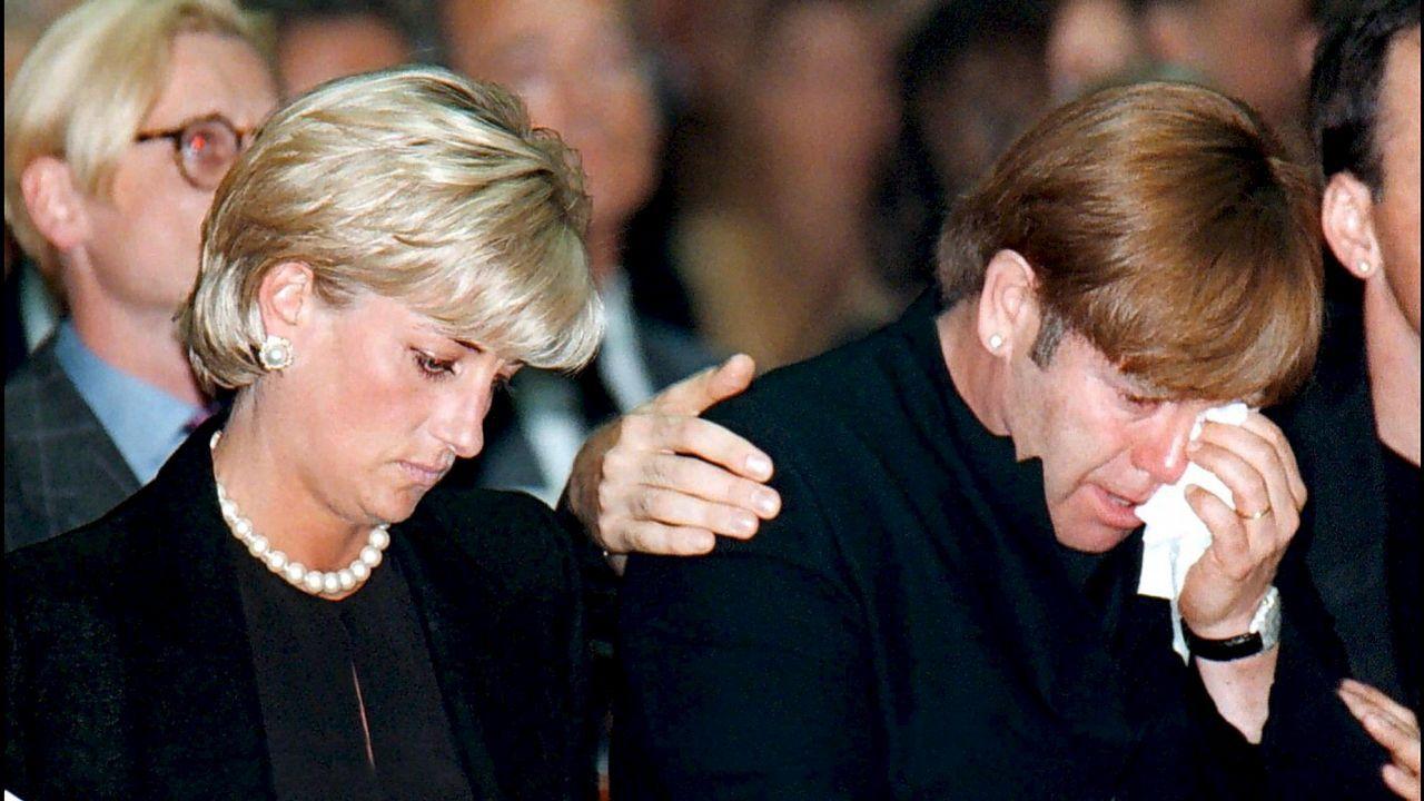 Lady Di y su amigo Elton John durante el funeral del diseñador italiano Gianni Versace.