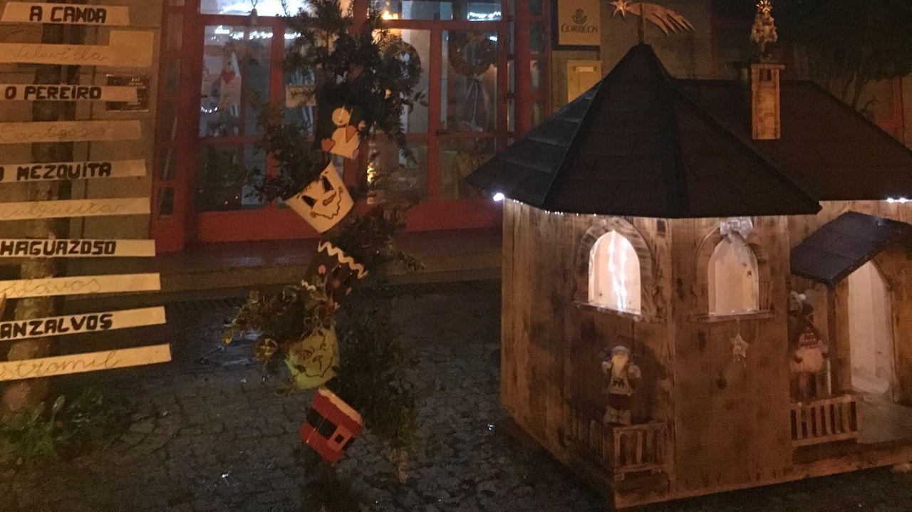 Rara, pero san Silvestre.Parte de una de las fachadas que participan en el concurso de decoración del Concello de A Fonsagrada