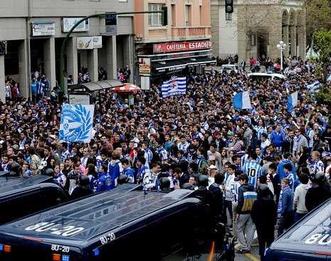 Los aledaños de Riazor, repletos de aficionados antes del partido