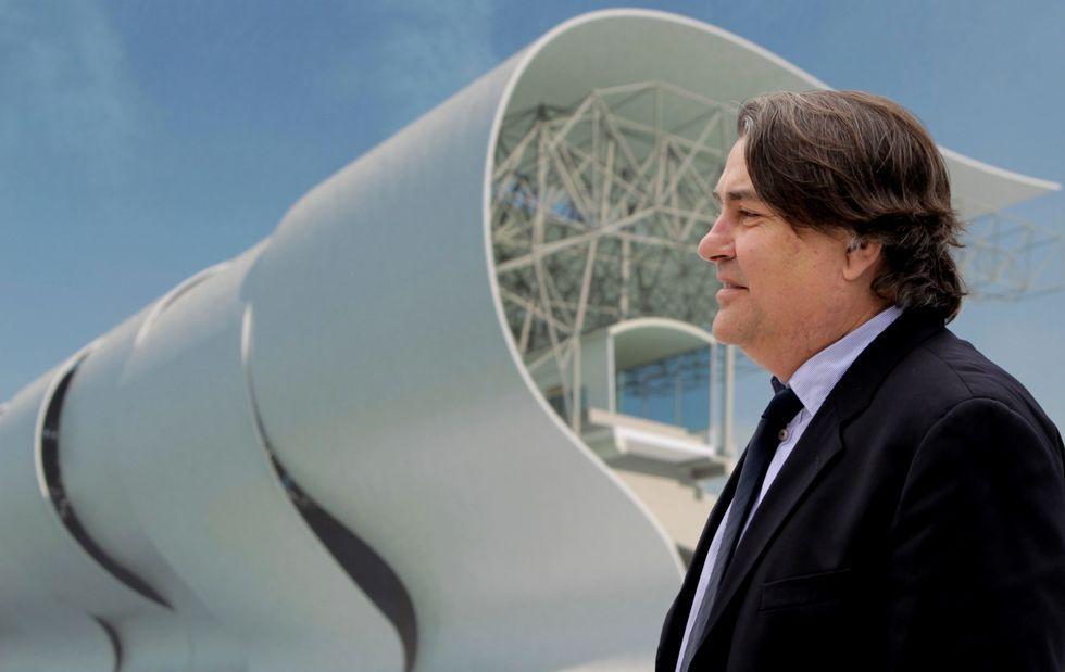 Pedro de la Puente ante una infografía de gran tamaño de la futura cubierta de Balaídos y la estructura que la soportará.