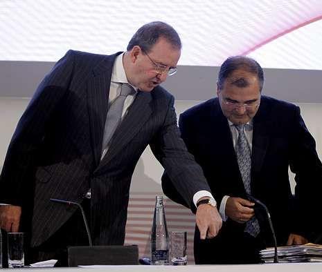 Ángel Ron, a la derecha, se prepara para intervenir ante la junta de accionistas del banco.