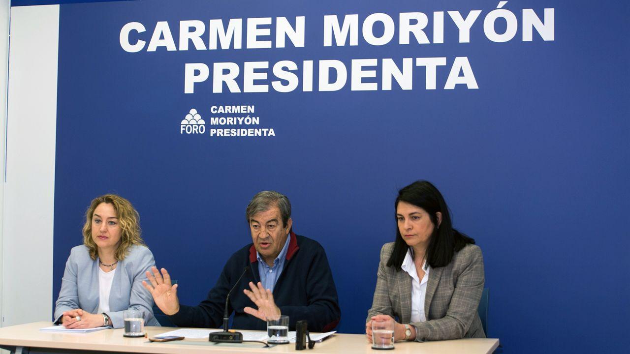 El vídeo de Daniel Ripa sobre la presencia en Asturias de los líderes de la derecha en campaña.Francisco Álvarez-Cascos, en el centro, en la sede de Foro Asturias