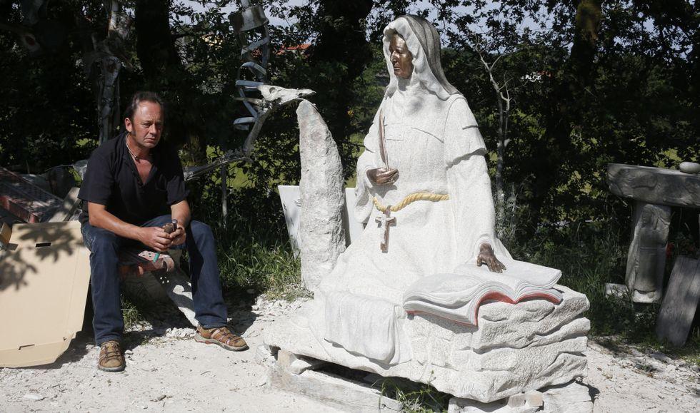 La escultura de la monja del Penedo, hecha con granito y bronce, pesa más de dos toneladas y mide metro y medio (sin pedestal).