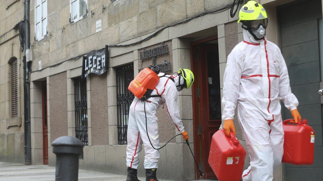 Los Bomberos de Santiago durante una de las múltiples desinfecciones e higienizaciones realizadas por la pandemia del coronavirus