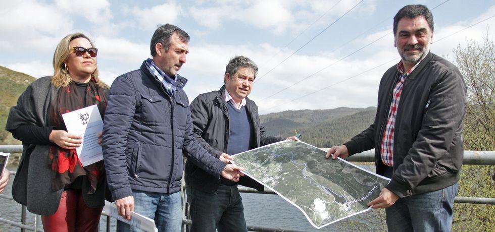 El plan de señalización y oficialización del camino fue presentado por los alcaldes de ambos Concellos y varios ediles.