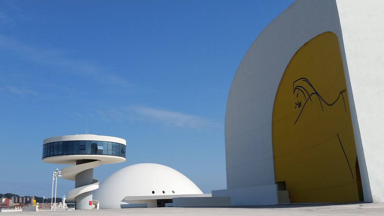 Centro Niemeyer.Oktoberfest, en Pola de Siero