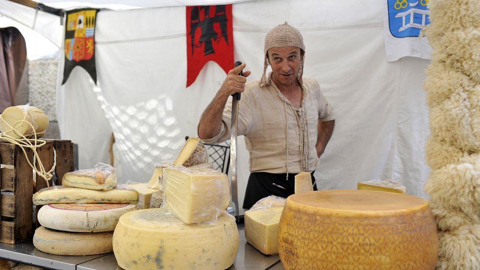Quesos de todas las nacionalidades. Uno de los puestos de comida que se pueden encontrar en la feria es el de Eric León, que vende quesos para todos los paladares y con especial cuidado en la elaboración.