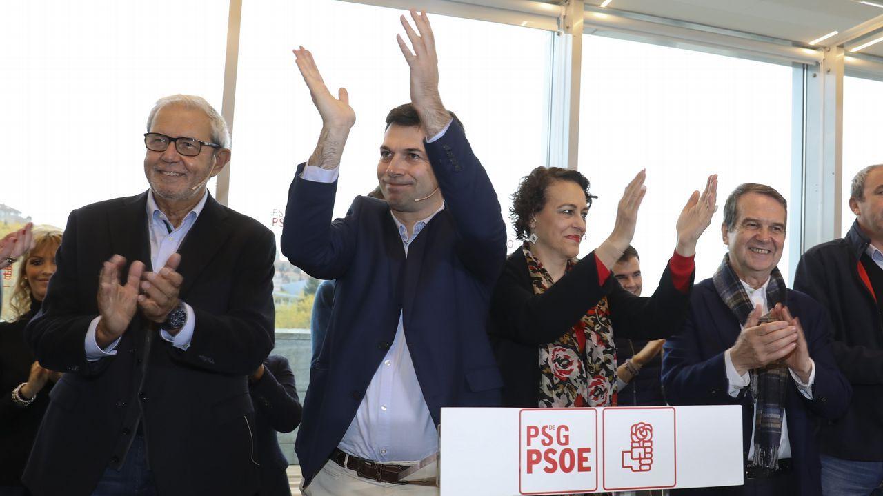 Caballero, proclamado candidato oficial y arropado por los suyos.Alberto Núñez Feijoo y Emilio Pérez Touriño, en una imagen de 2006