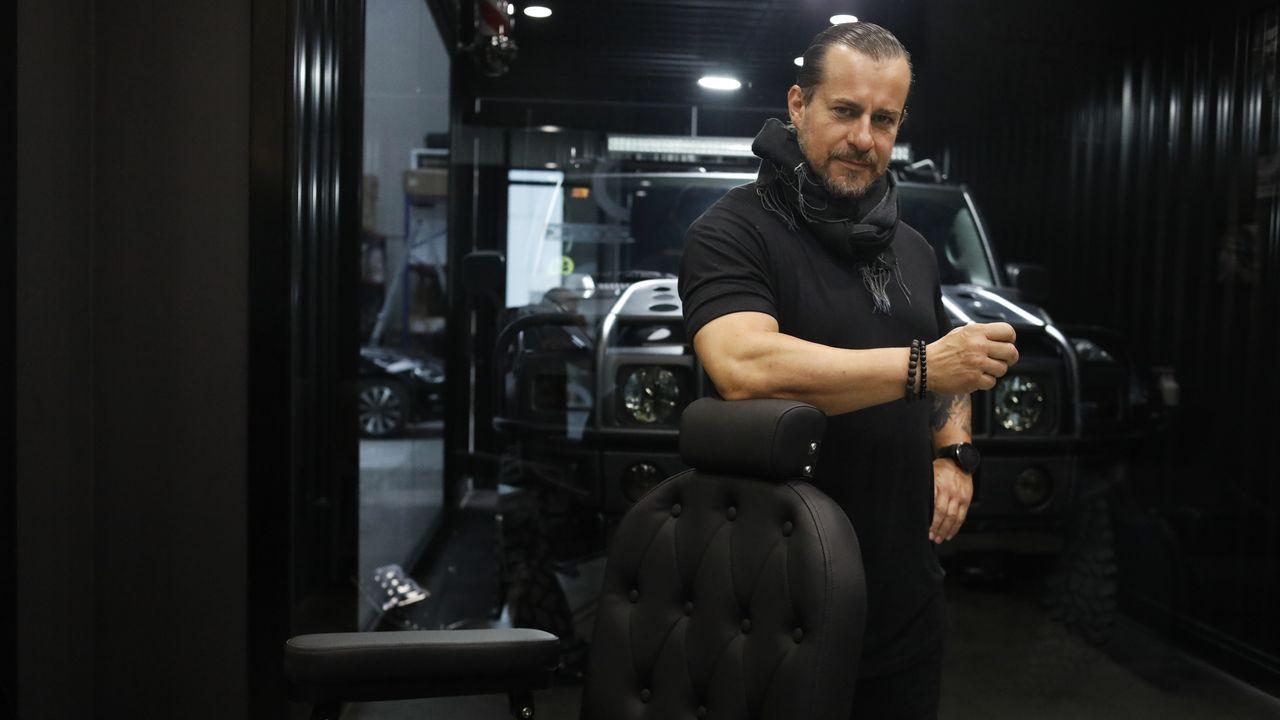 Eduardo Souto, en su despacho, donde ha instalado un tocador en el que todavía corta el pelo a algunos amigos, y en el que tiene expuesto su Hummer