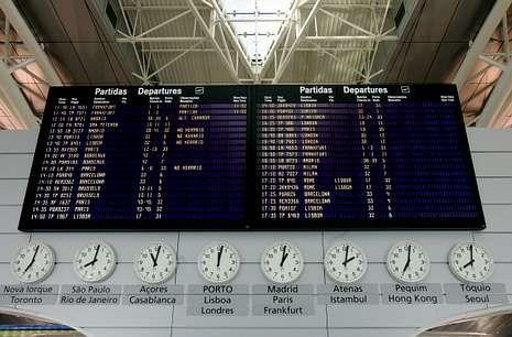 La tablilla de operaciones del Sá Carneiro incorpora cada vez más vuelos a España.