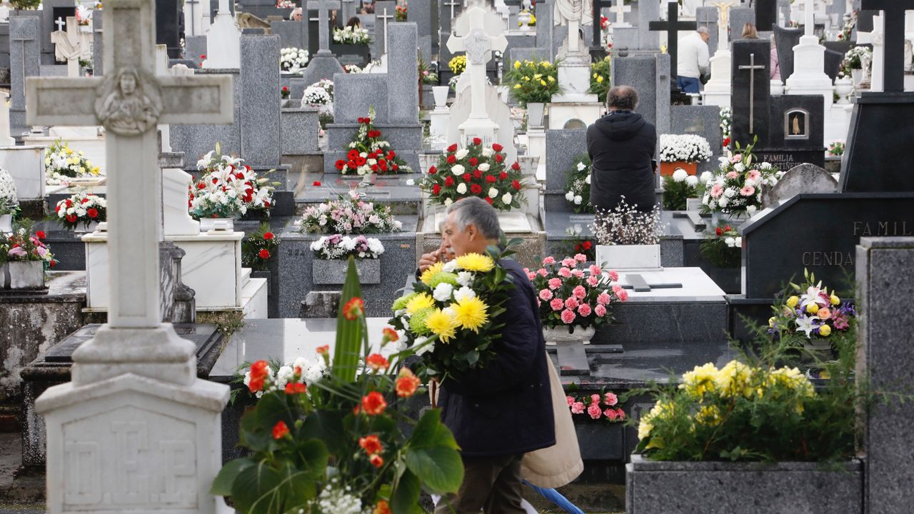 Día de Santos en el cementerio de San Froilán.La bandera china ondea a media asta en Tiananmen