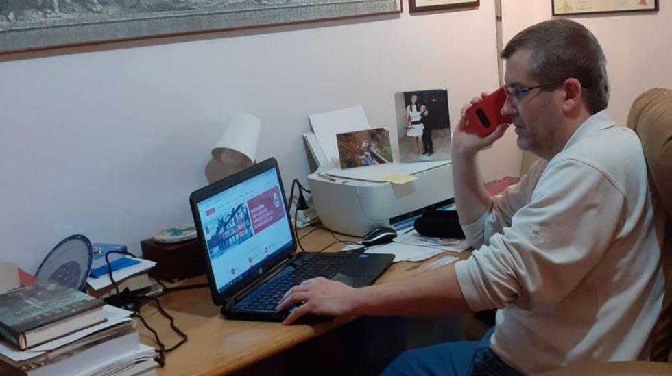 Pablo Núñez, trabajando estos días en su casa