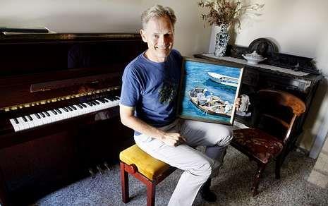 Unos Grammy Latino muy repartidos.El tenor Ralf Glasz en su residencia de Bamio junto a una de sus pinturas más preciadas.