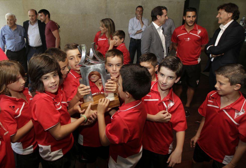 El Deportivo, en Río.Los benjamines del Arousa aspiran a levantar el trofeo que ayer presidió el acto de presentación.