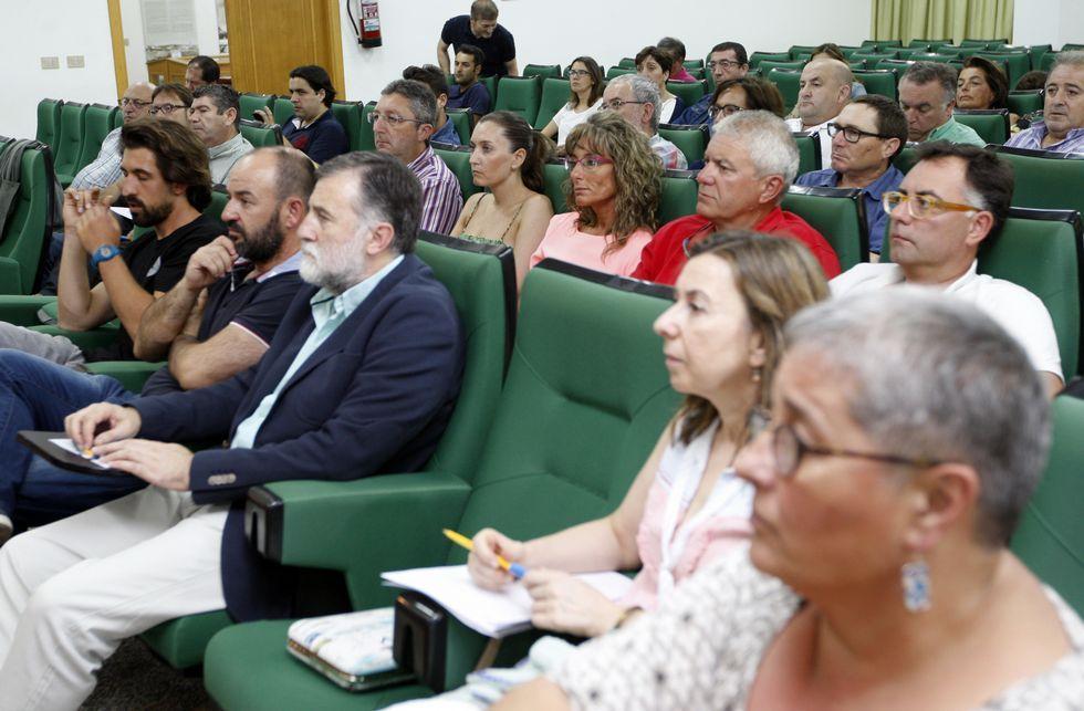 Inauguración de las XornadasTécnicas de Expomar.Gestores pesqueros, empresarios y dirigentes de colectivos, ayer, en Burela, con el GAC.