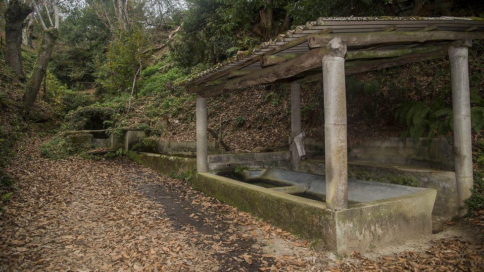 Fonte de Outeiro o de Arriba, con un antiguo lavadero