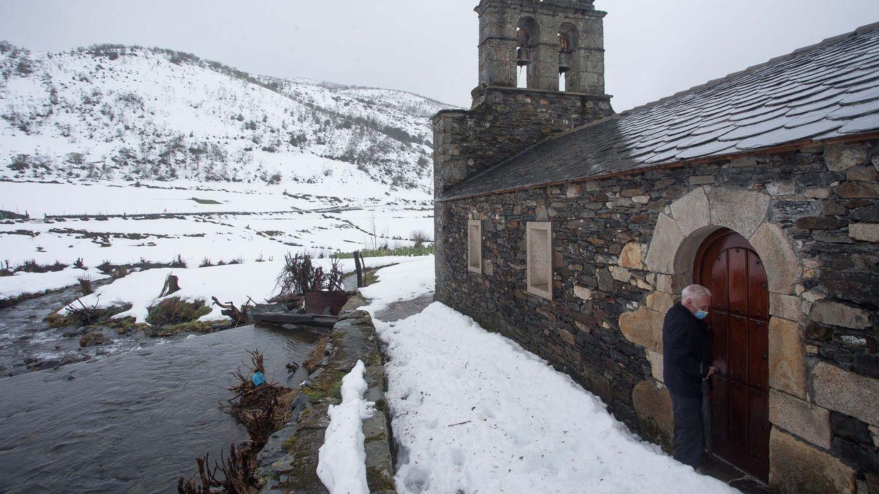 Trabajos del grupo Elsamex en las vías de la comarca de A Fonsagrada.Don Jesús abre a igrexa de Balouta en pleno temporal de neve