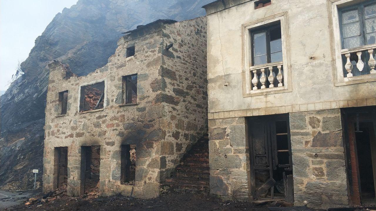 Frente de llamas del incendio de Degaña.Un bombero participa en las labores de extinción del incendio declarado en Asturias. ARCHIVO