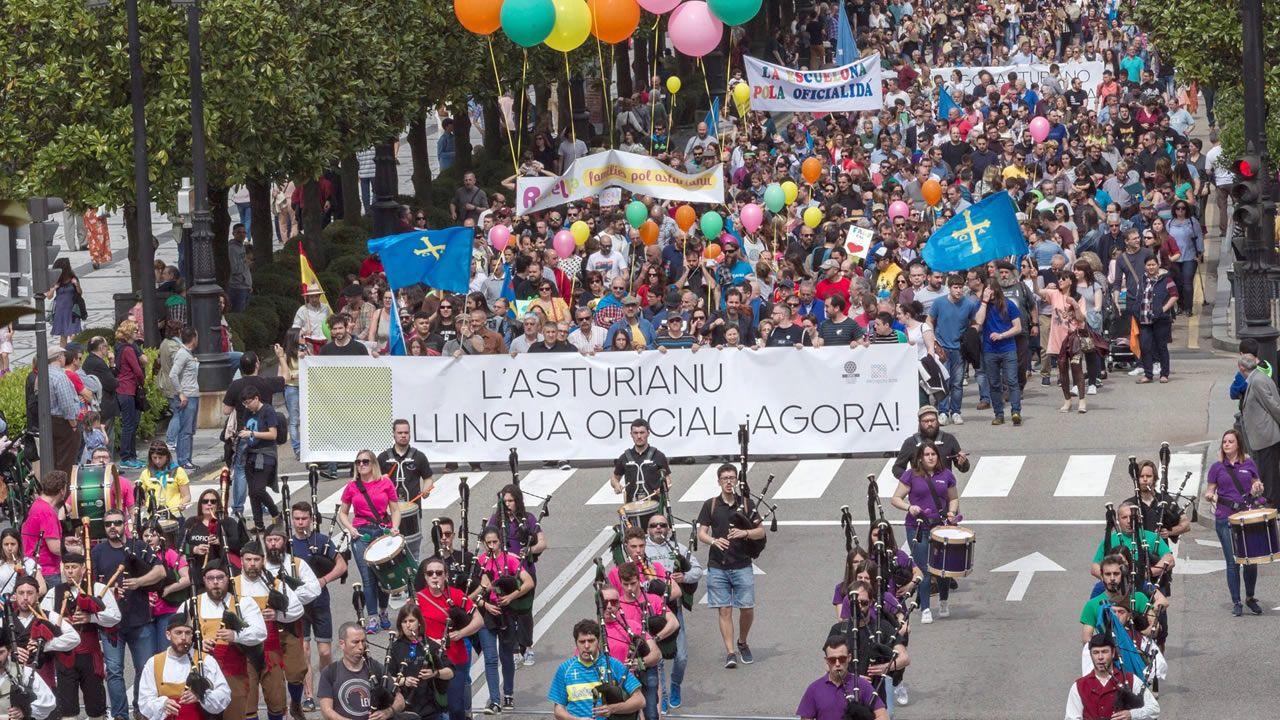 Momentos en la vida del candidato de José Carlos Fernández Sarasola.Manifestación celebrada el pasado abril en Oviedo para reivindicar la oficialidad del bable
