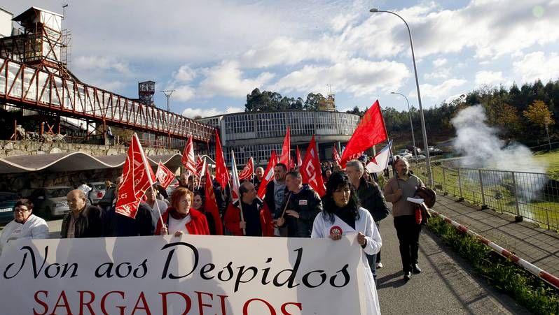 Manifestación contra los despidos de Sargadelos en Cervo.Simeone y Raúl García en una rueda de prensa.