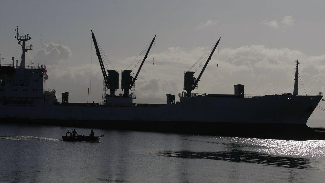 La arribada del atún índico a Marín.braco arrastrero gallego recogiendo el aparejo