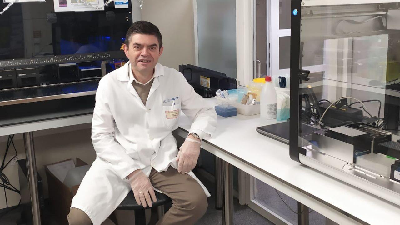 Primer vacunado contra el covid en A Coruña.Germán Bou, jefe de microbiología del servicio del Chuac, en el laboratorio