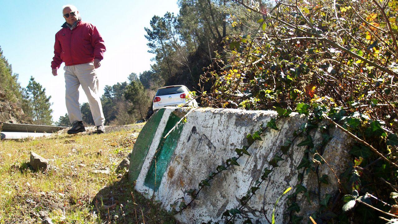 Mojón tumbado en la vieja C-533, a su paso por San Fiz de Asma