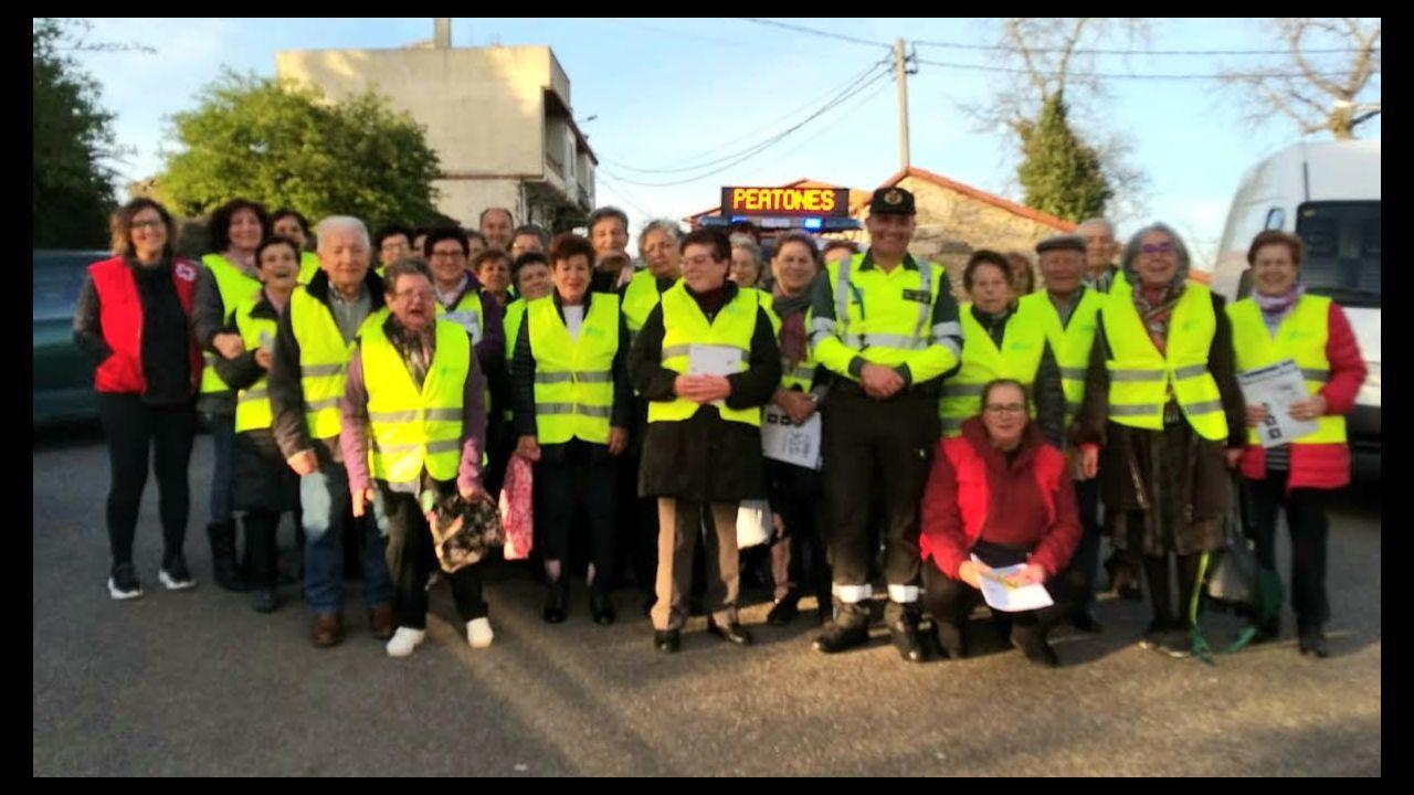 El alcalde de A Arnoia visita a los vecinos.Protección Civil desinfectando centros públicos, como entrada a súper y tiendas de alimentación, en Celanova