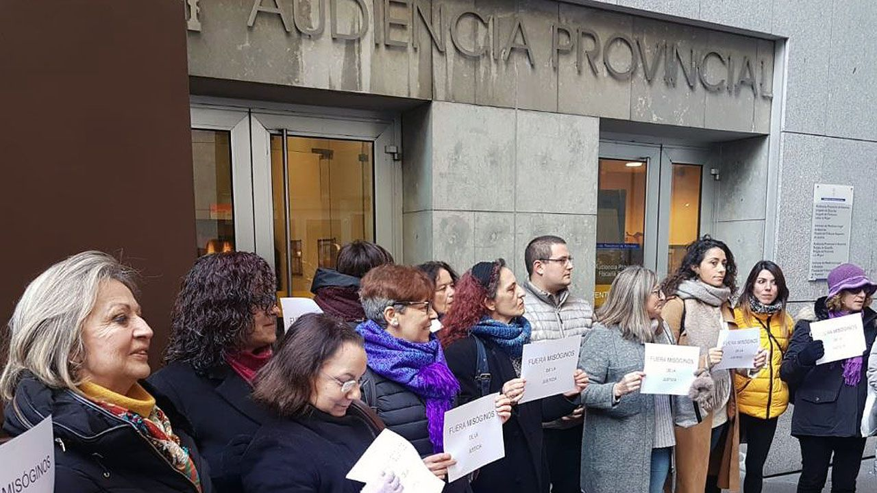 Concentración de colectivos feministas delante de la Audiencia Provincial, en Oviedo