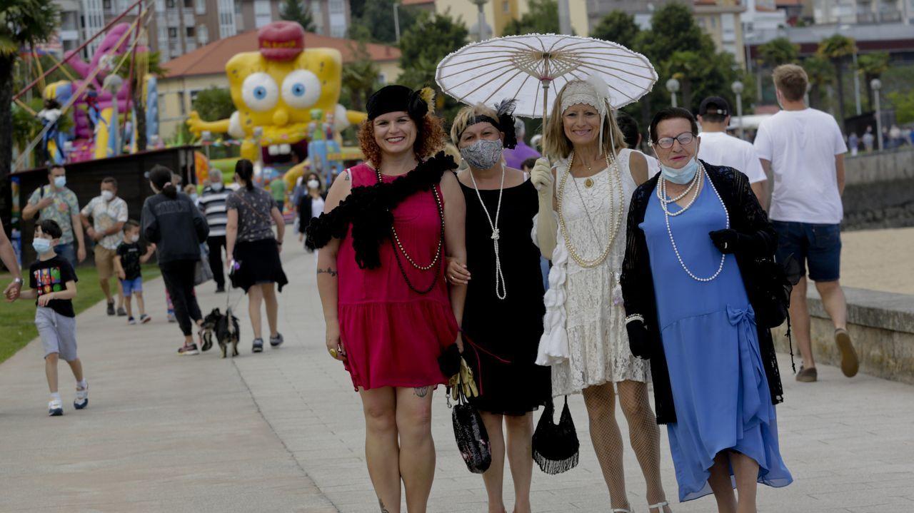 Un grupo de mujeres vestidas de época paseando ayer por el paseo marítimo.