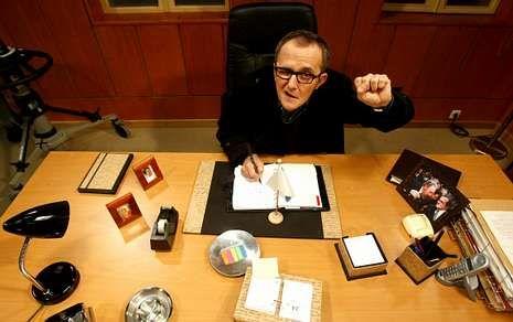 Remix golpes en el pecho El lobo de Wall Street.Antonio Durán «Morris» encarna a Delmiro, el alcalde ateo y comunista de Louredo.