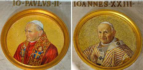 Cruz Crucifijo.Mosaicos con las figuras de los papas Juan Pablo II y Juan XXIII en la basílica de San Pablo Extramuros, en Roma.