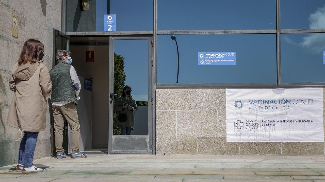 Unos 700 vecinos de Ribeira, Boiro, A Pobra y Porto do Son de entre 50 y 59 años recibieron ayer la primera dosis de la vacuna contra el covid en el hospital de Barbanza. En la Cidade da Cultura fueron citadas 6.000 personas de este mismo grupo de edad y en el Clínico se inmunizaron a otras 700