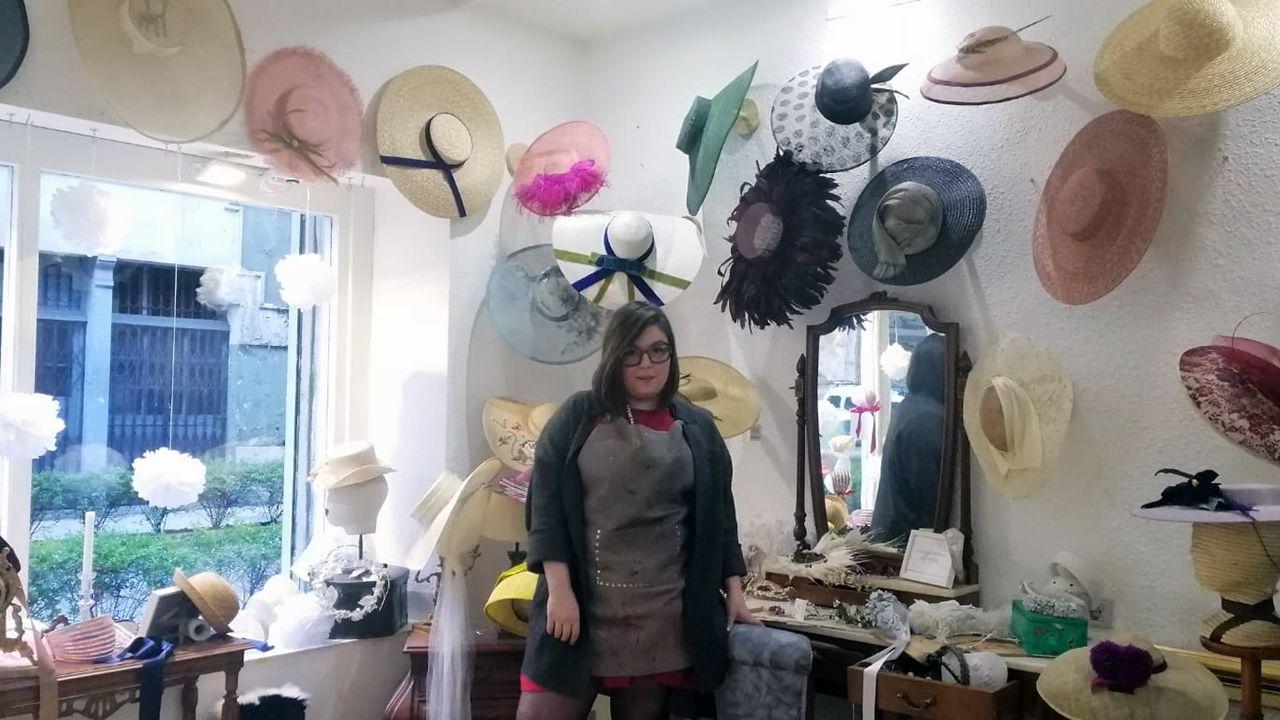 Macarena Álvarez posa en su atelier junto a algunos de sus diseños