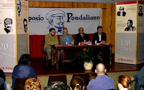 Una de las imágenes que se podrá ver en la exposición: recoge la presentación de la obra «Queixumes dos pinos», editada por la Biblioteca 120 de La Voz de Galicia. Tuvo lugar el 22 de octubre del 2002.