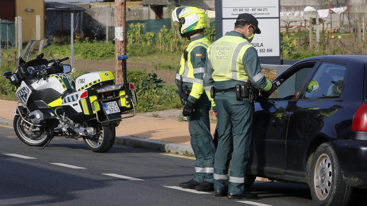 Concentración motera en Gijón.Control de la Guardia Civil en una carretera de Arousa