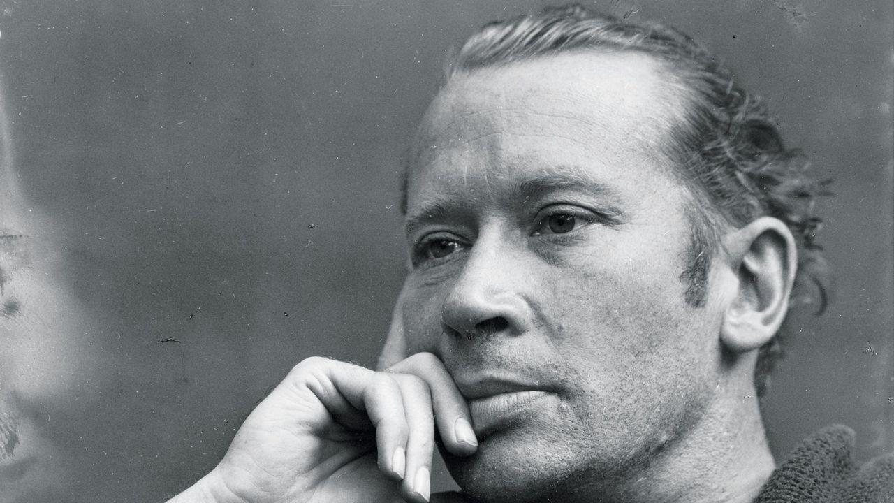 El poeta y narrador E.E. Cummings, retratado alrededor de 1935 por el prestigioso fotógrafo norteamericano Edward Weston (1886-1958), en una imagen que se conserva en la Biblioteca del Congreso de EE.UU.