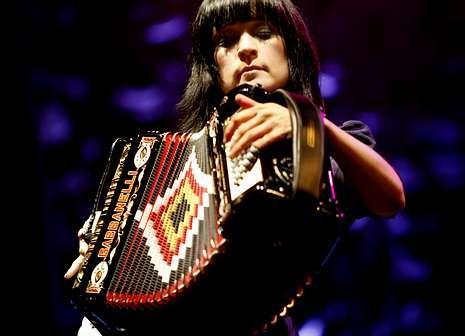 Ha nacido una nueva estrella en Youtube.La artista mexicana, Julieta Venegas.