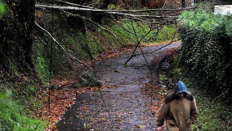 Las imágenes del temporal «Dirk» en la comarca de Ferrol.Juan Casares en la charla con los estudiantes