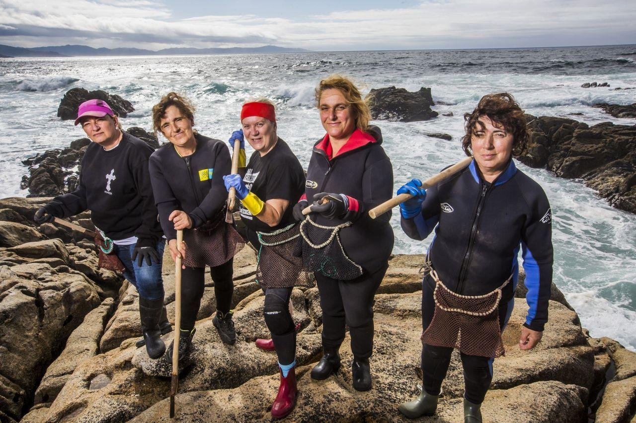 As percebeiras galegas. Mujeres valientes y fuertes, que se desdoblan para ir a «apañar» y cuidar a sus familias