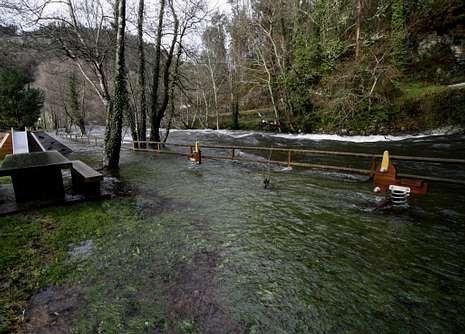 Los efectos de «Stephanie» en Galicia.El río Mandeo anegó el parque infantil de Pontearanga.