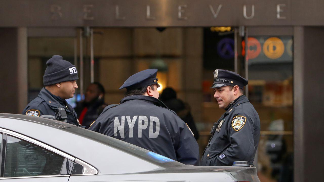 La policía vigila los accesos del hospital Bellevue, donde ingresaron a Weinstein por problemas cardíacos
