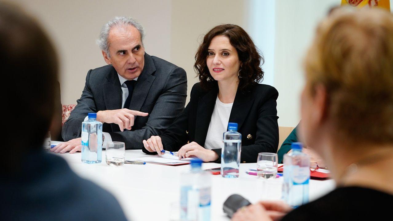 El consejero de Sanidad, Enrique Ruiz Escudero, junto a la presidenta Isabel Díaz Ayuso, en una reunión del comité de expertos de la Comunidad de Madrid sobre el Covid-19