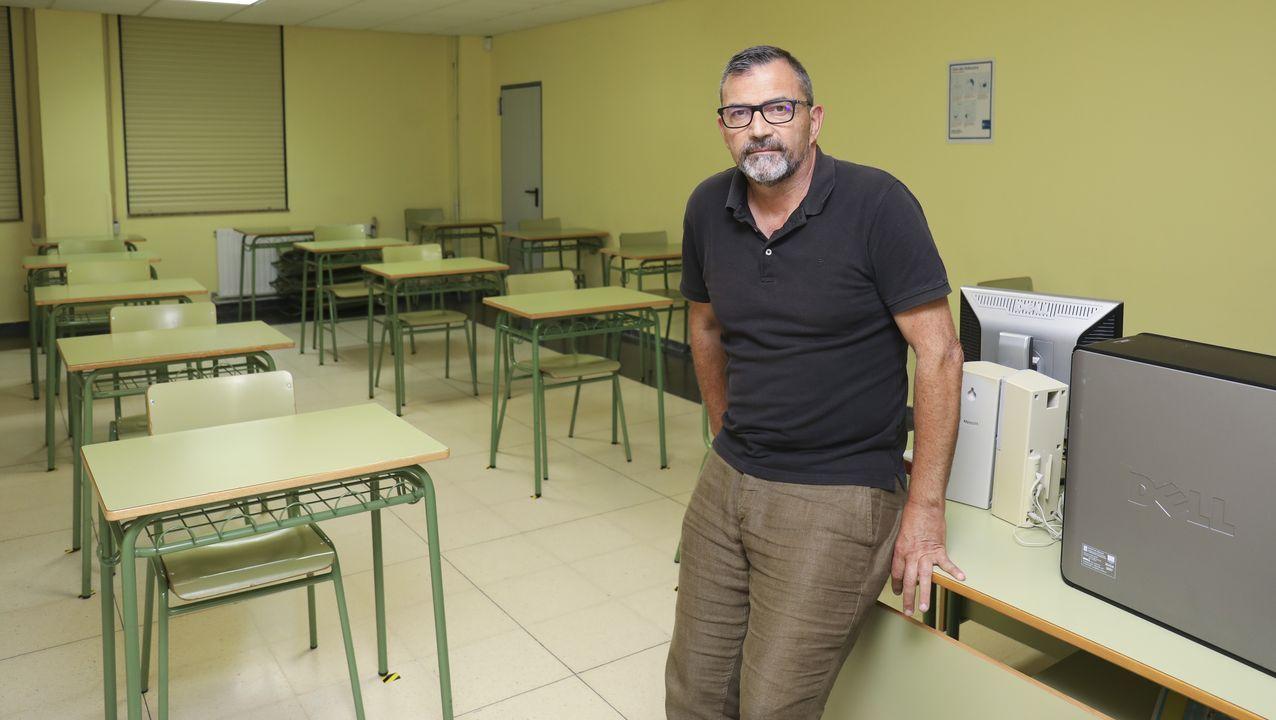 El director del IES A Pontepedriña, Javier Dapena, alerta de la escasez de material tecnológico para proveer a alumnos sin recursos