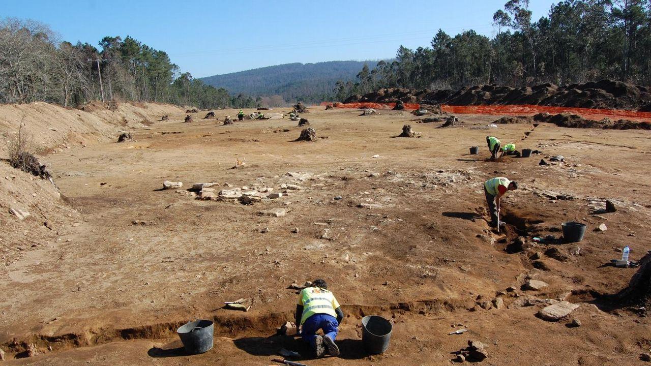 Mámoa de Valouco (Zas). A raíz de la construcción de la autovía da Costa da Morte, en el entorno de la Mámoa de Valouco, se localizaron restos de un asentamiento prehistórico, con 85 estructuras antrópicas. También se recuperó cerámica de Valouco que permite datar los restos entre el Calcolítico a la Edad de Bronce.