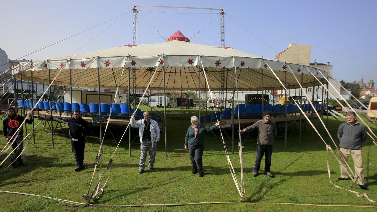 Parte de los integantes del circo Nevada, en la carpa que tienen instalada en Monforte