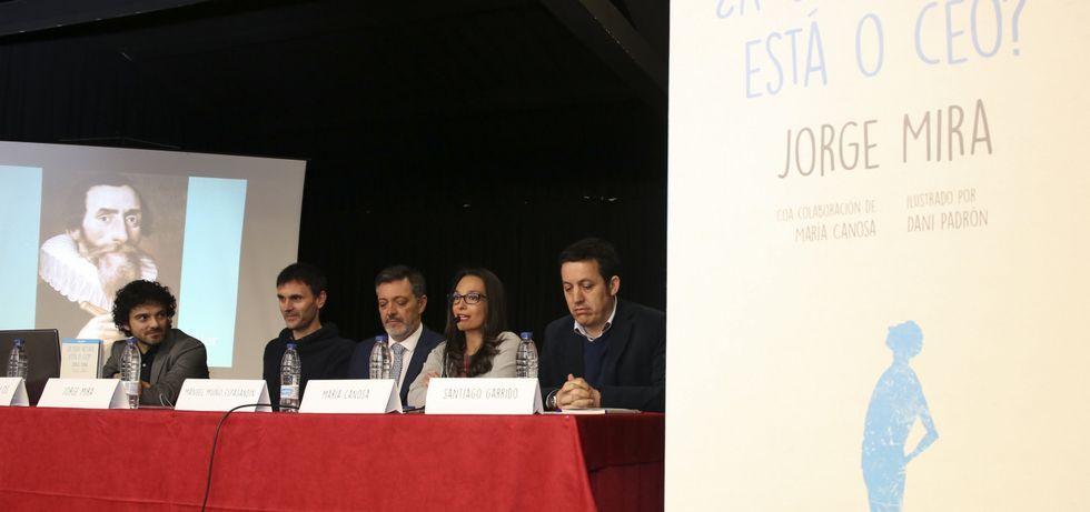 Jorge Mira, ayer, con los representantes de la entidad Hijos de Zas.